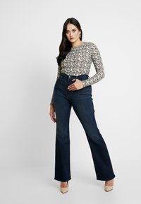 Good American - GOOD - Jeansy Bootcut - blue - 5