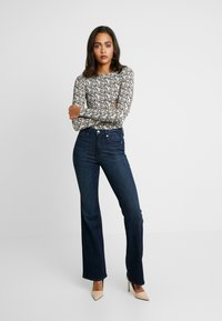 Good American - GOOD - Jeansy Bootcut - blue - 3