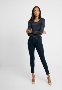 Good American - GOOD LEG SIDE SLIT - Skinny džíny - blue - 3