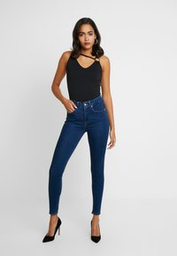 Good American - GOOD LEGS - Skinny džíny - blue - 3