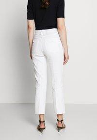 Good American - GOOD CURVE  - Straight leg jeans - white - 2