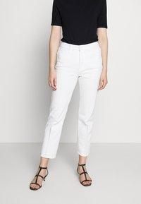 Good American - GOOD CURVE  - Straight leg jeans - white - 0