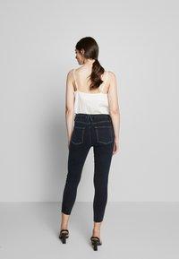 Good American - LEGS CROP RAW EDGE - Jeans Skinny Fit - blue - 2