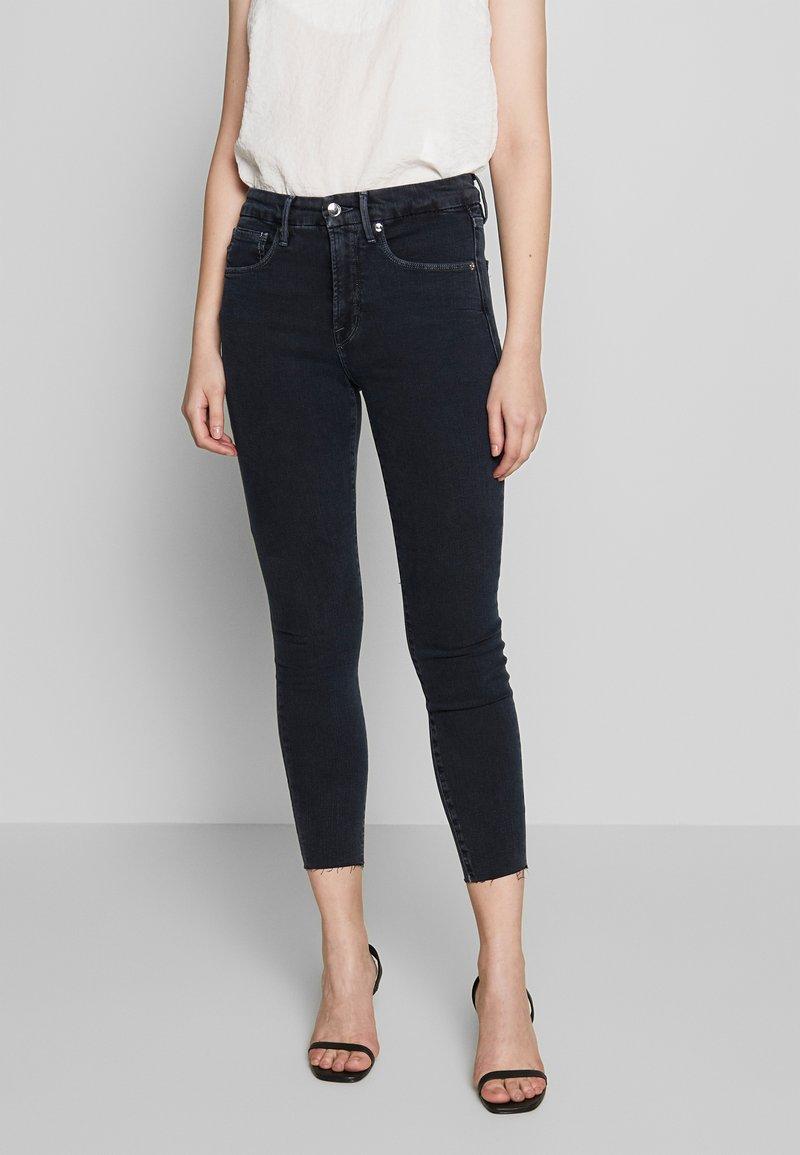 Good American - LEGS CROP RAW EDGE - Jeans Skinny Fit - blue