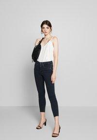 Good American - LEGS CROP RAW EDGE - Jeans Skinny Fit - blue - 1