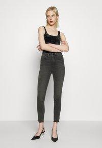 Good American - CURVE RAW EDGE - Jeans Skinny Fit - black - 1