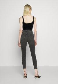 Good American - CURVE RAW EDGE - Jeans Skinny Fit - black - 2