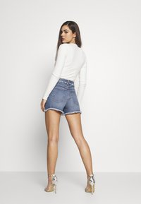 Good American - BOMBSHELL EXPOSED BUTTON - Denim shorts - blue - 5