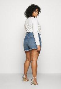 Good American - BOMBSHELL EXPOSED BUTTON - Denim shorts - blue - 4