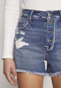 Good American - BOMBSHELL EXPOSED BUTTON - Denim shorts - blue - 7
