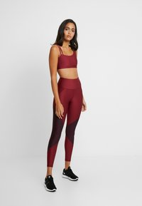 Good American - COLORBLOCK - Leggings - bordeaux - 3
