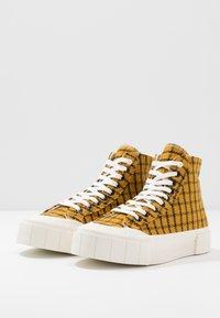 Good News - SOFTBALL - Baskets montantes - dark yellow - 2