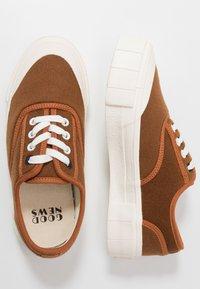 Good News - SOFTBALL - Sneaker low - brown - 1