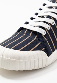 Good News - HURLER - Baskets basses - navy/brown - 5
