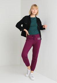 GAP - Pantalones deportivos - beach plum - 1