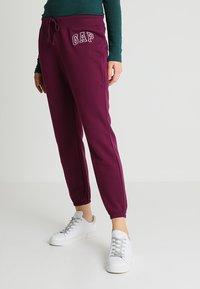 GAP - Pantalones deportivos - beach plum - 0