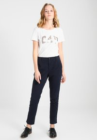 GAP - GIRLFRIEND SOLID - Chino - true indigo - 1