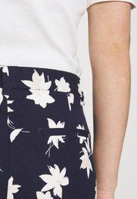 GAP - ANKLE BISTRETCH - Pantaloni - blue/floral print - 4