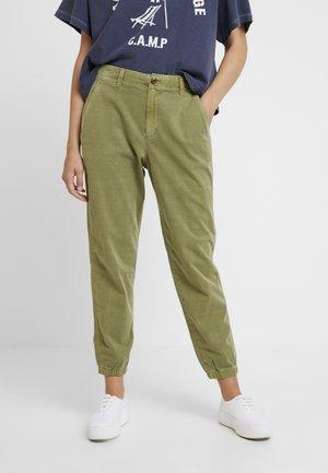 GIRLFRIEND JOGGER - Pantalones - moss
