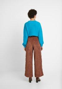 GAP - PLEATED WIDE LEG - Kangashousut - root brown - 2