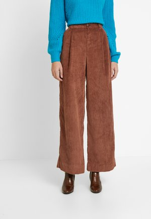 PLEATED WIDE LEG - Trousers - root brown