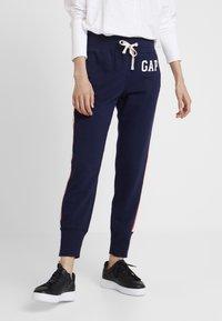 GAP - Spodnie treningowe - navy uniform - 0