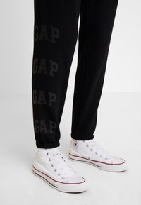 GAP - Pantalones deportivos - true black - 4