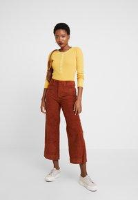 GAP - HIGH RISE CROPPED - Kalhoty - henna brown - 2