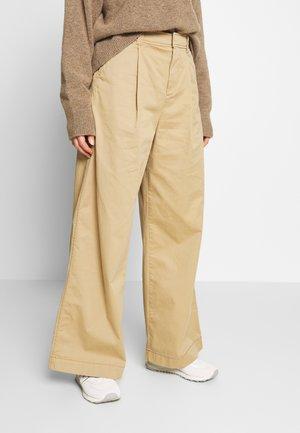 HI-RISE PLEATED - Trousers - mojave