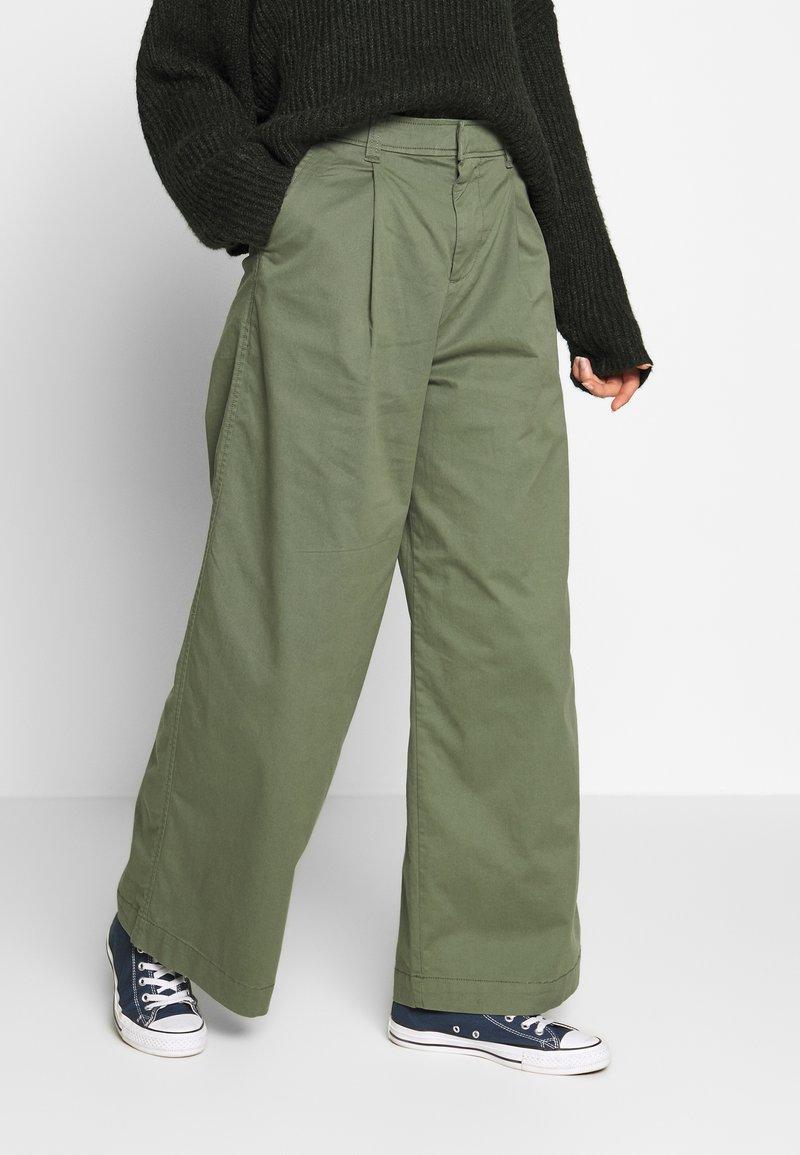 GAP - HI-RISE PLEATED - Trousers - greenway