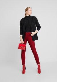 GAP - ANKLE BISTRETCH - Pantalones - black/red - 2