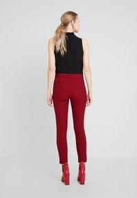 GAP - ANKLE BISTRETCH - Pantalones - black/red - 3