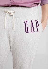 GAP - Spodnie treningowe - light heather grey - 4