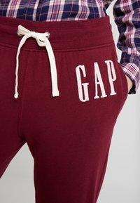 GAP - Spodnie treningowe - bell burgundy - 4