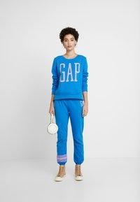 GAP - Spodnie treningowe - precious blue - 1