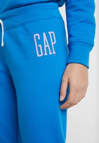 GAP - Spodnie treningowe - precious blue - 6