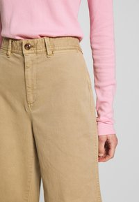 GAP - WIDE LEG CHINO SOLID - Flared Jeans - khaki - 3
