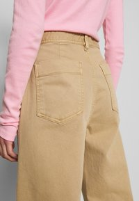 GAP - WIDE LEG CHINO SOLID - Flared Jeans - khaki - 5