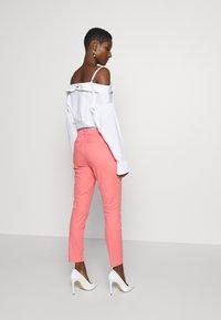 GAP - Chinot - pink starburst - 2