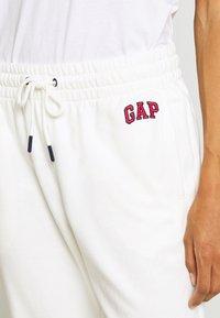 GAP - GAP USA - Spodnie treningowe - milk global - 4
