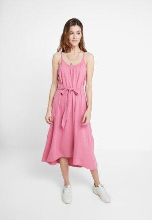 CAMI BELTED - Jerseyklänning - dusty pink
