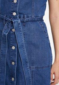 GAP - SHANK FRONT DRESS - Denim dress - medium wash - 5