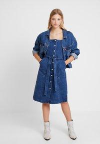 GAP - SHANK FRONT DRESS - Denim dress - medium wash - 1