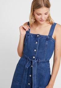GAP - SHANK FRONT DRESS - Denim dress - medium wash - 3