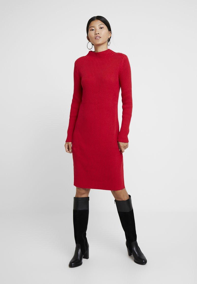 GAP - Sukienka dzianinowa - czerwony