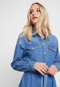 GAP - SHRTDRESS WOOSTER - Denim dress - medium indigo - 4