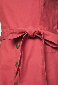GAP - PANELED APRON DRESS - Sukienka jeansowa - pink city - 2