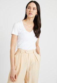 GAP - TEE - T-shirts - optic white - 0