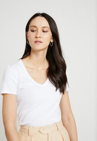 GAP - TEE - T-shirts - optic white - 4
