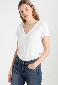 GAP - T-shirt z nadrukiem - optic white - 0